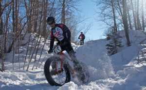 фэтбайк едет по снегу