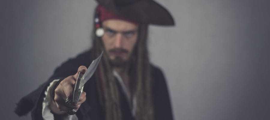 Пират с ножом