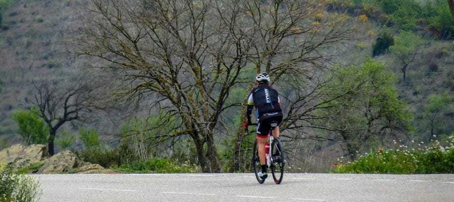 Велосипедист на шоссе