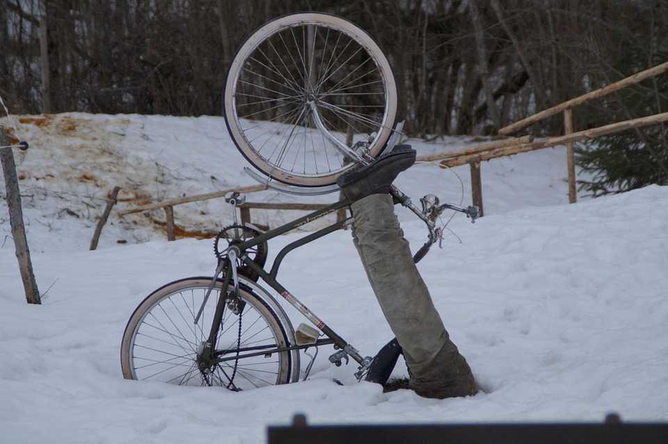 велосипедист упал в снег